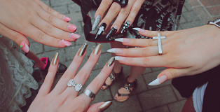 Image from http://pursuitforvintage.com/2011/12/16/stiletto-nails/